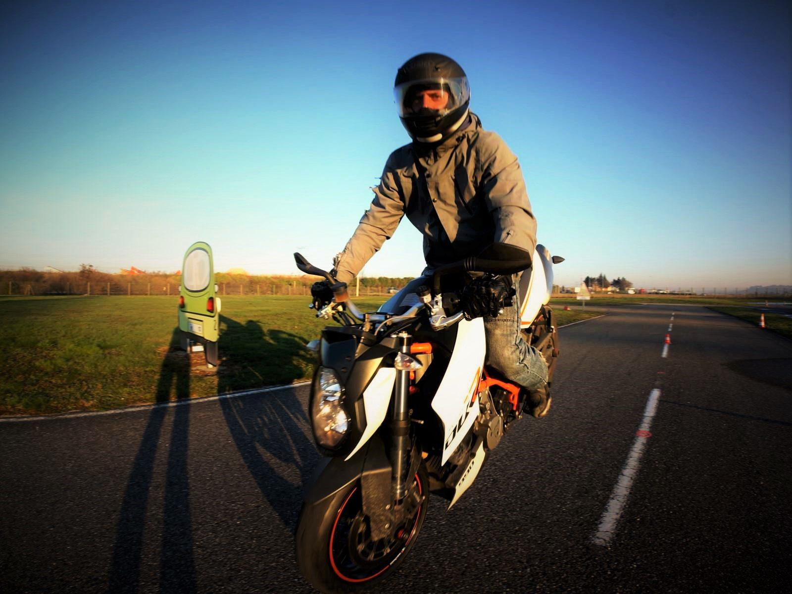 Le stunt (terme anglais signifiant « cascade »), est une discipline dont le but est d'enchaîner des figures de voltige (tricks) sur la roue arrière ou la roue avant, principalement à moto.